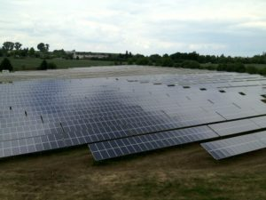 Photovoltaik und Landwirtschaft ist ein perfektes Paar. PV Anlage auf schlechten Böden.