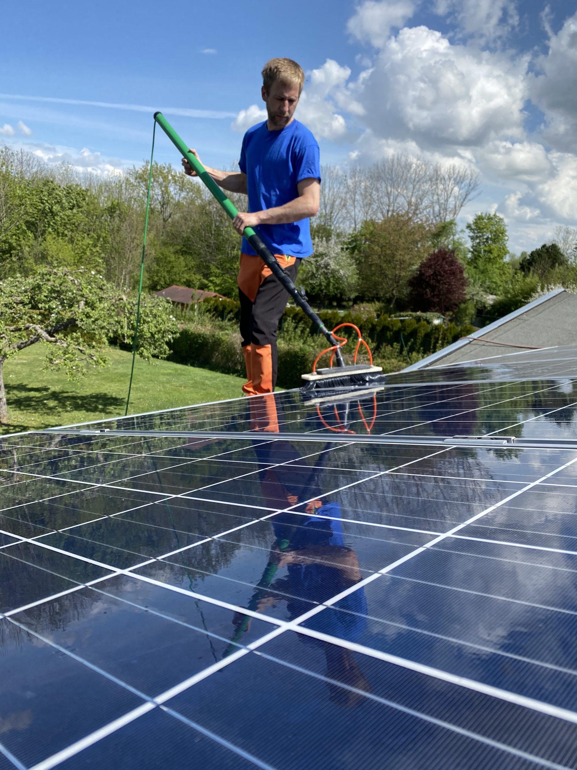 maxx solar Reinigungsarbeiter während der Solarreinigung