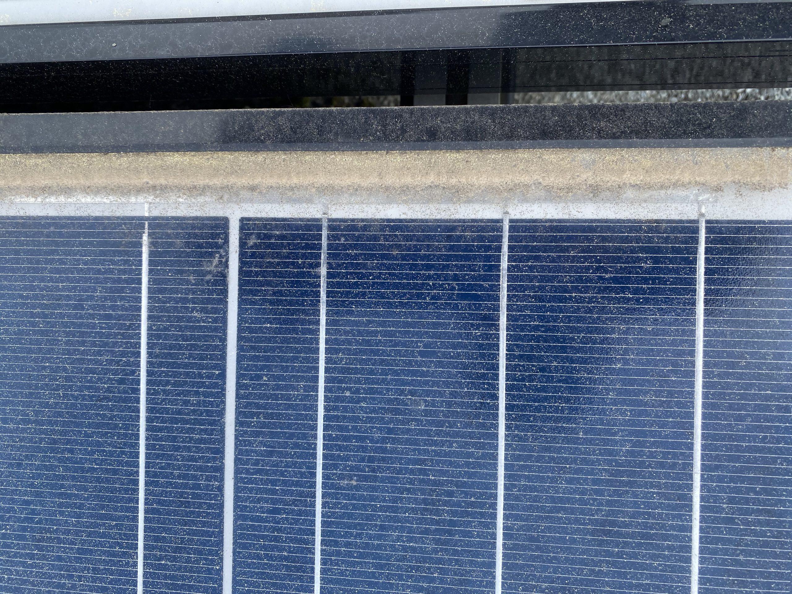 Abbildung einer verschmutzten Solarzelle bei der eine Reinigung notwendig ist