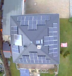 DIese Analge auf allen 4 Dächern könnte mit einem Tesla Wechselrichter mit 4 MPP Trackern gebaut werden